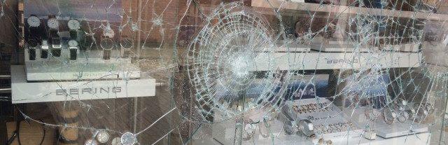 Einbruchversuch Schaufenster mit P2A Sicherheitsfolierung 007- Protecfolien