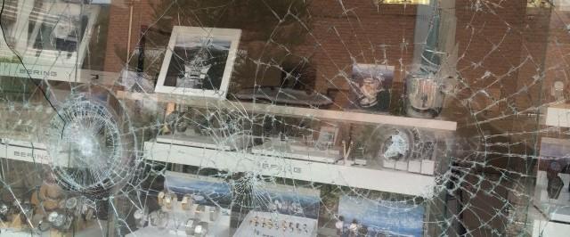 Einbruchversuch Schaufenster mit P2A Sicherheitsfolierung 004- Protecfolien