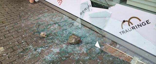 Einbruchversuch Schaufenster mit P2A Sicherheitsfolierung 001 - Protecfolien